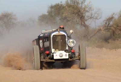 Vencendo a poeira e se protegendo do sol atrás do volante, em direção ao oeste argentino.