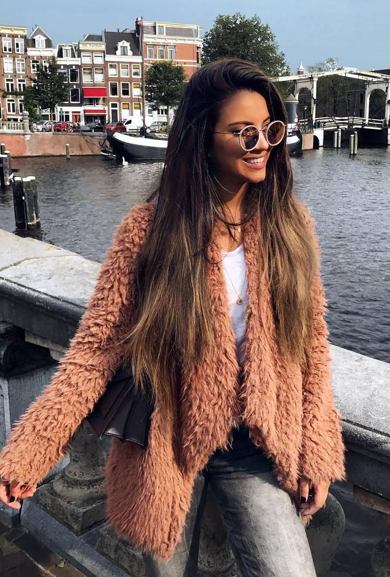 trendy fall outfit / fur coat + white top + bag + skinny jeans
