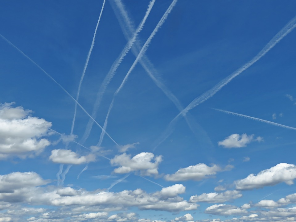 chemitrlialis, smugi z samolotów, wpływ na nasz zdrowie