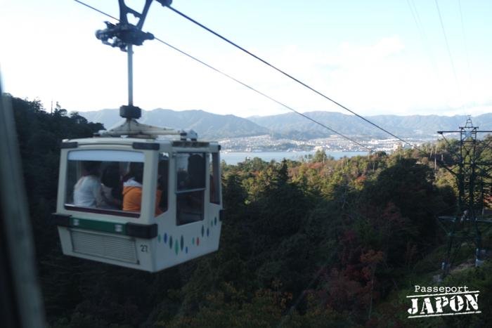 Téléphérique surplombant la forêt, Miyajima, Hiroshima-ken