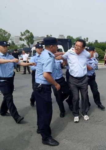 安徽省六安市公办教师数百人示威遭警察阻击和带离(图)