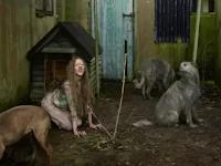 Gadis Ini Hidup Bersama Anjing selama Enam Tahun