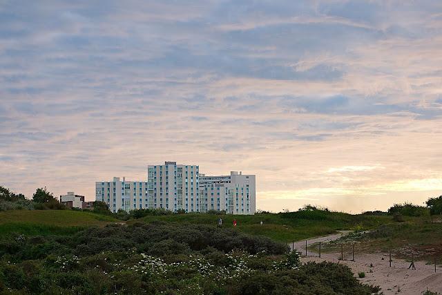 Ein Hotel am Rande der Dünen