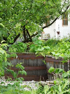 Bauerngarten mit Hochbeet, halbe Fässer, Hochbeet Ideen
