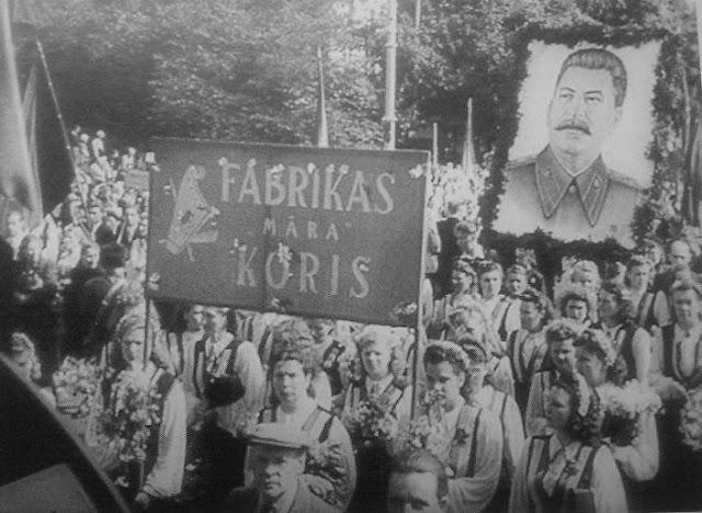 1950 год торжественное шествие в честь 10-летия Латвийской ССР, а на площади Коммунаров (Эспланаде) прошел Праздник песни