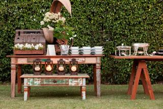 Móveis rústicos na decoração de casamentos, mesas e mesinhas com flores e doces