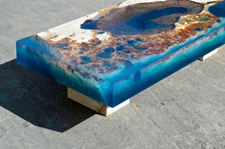 Mesas de piedra cortada encapsulado en resina imita a un arrecife de océano