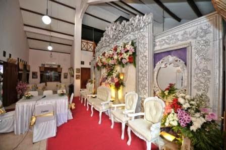 Dekorasi Pelaminan Gebyok Putih Didalam Rumah