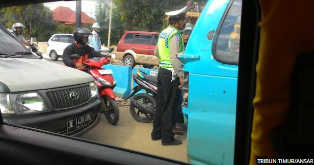 Oknum Polisi di Simpang Lima Bandara Sibuk Hentikan Motor dan Bernegosiasi