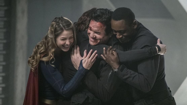 """Supergirl, Alex Danvers y J'onn J'onzz abrazando a Jeremiah Danvers tras """"rescatarlo"""" de su secuestro"""