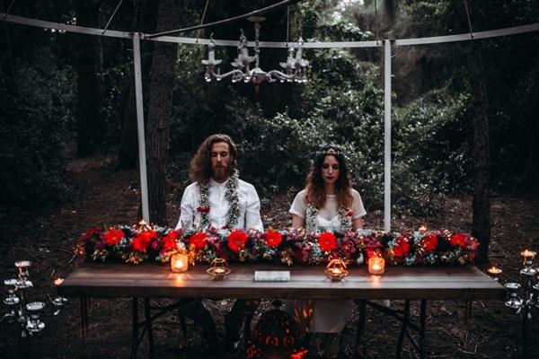 Los novios sentados en la mesa