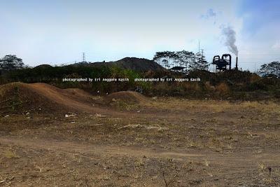 Patokan lokasi Linga Yoni, pabrik PT Trie Mukty Pertama Putra  Tangga menuju Lingga Yoni nampak dari kejauhan
