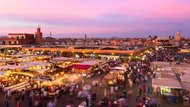 Nép mình dưới chân dãy núi Atlas, Marrakesh là một trong bốn thành phố hoàng gia của Morocco. Không dành cho những người yếu tim, đây là một đô thị nhộn nhịp với những con đường hẹp, những người bán hàng rong, vô số âm thanh và mùi vị. Đây cũng là một trong những thành phố thú vị nhất ở Bắc Phi.