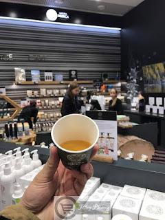 Uống trà thảo dược tại cửa hàng mỹ phẩm Natura Siberica tại Mátxcơva