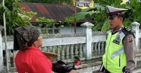 Pak Polisi Nekat, Tilang Sang Ibu Sendiri  Saat Razia, Polisi ini Dapat Murka Ibunya