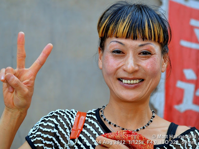 people, street portrait, East Asia, China, V sign, Chinese beauty, Chinese woman, © Matt Hahnewald, Facing the World, 50 mm prime lens, Pingyao, Shanxi Province