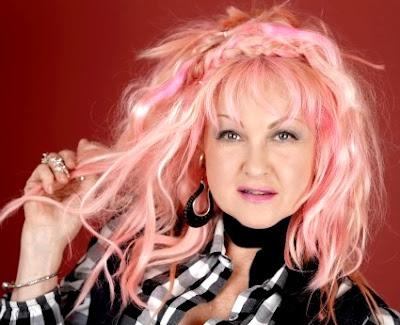 Foto de Cyndi Lauper con cabello teñido