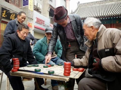 Chineses jogam o popular e antigo Weiqi (ou Go, ou xadrez chinês) em algum lugar da China