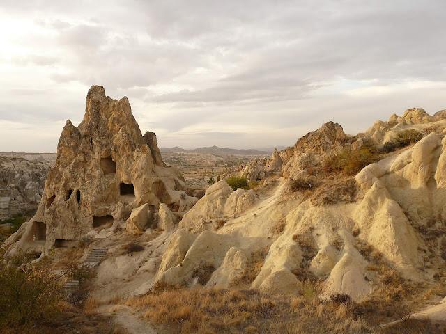 Những thành phố ngầm ẩn mình dưới các cột đá là nét độc đáo nhất định bạn phải ghé thăm khi du lịch Thổ Nhĩ Kỳ. Bảo tàng ngoài trời Cappadocia (Open Air Museum) là một trong những di sản thế giới được UNESCO công nhận của Thổ Nhĩ Kỳ.