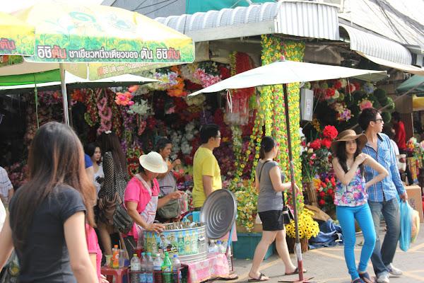 Tiendas en el mercado de fin de semana de Chatuchak