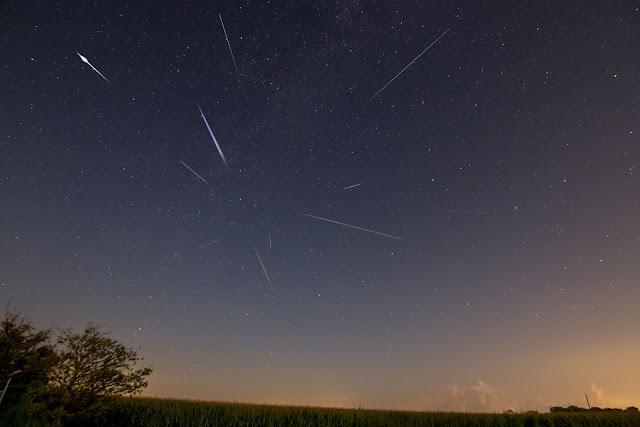 Hình ảnh phơi sáng lâu khiến nhiều vệt sao băng cùng xuất hiện trong hình. Hình ảnh được chụp ở Indiana bởi Alex Paul.