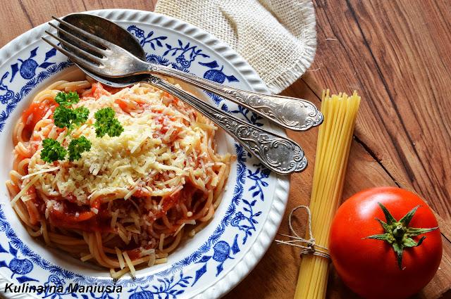 Makaron z sosem pomidorowym - błyskawiczne danie w 15 minut