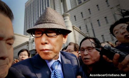 David Yonggi Cho saliendo del juzgado