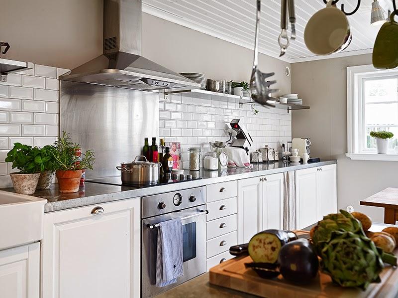 Biały, drewniany domek, wystrój wnętrz, wnętrza, urządzanie domu, dekoracje wnętrz, aranżacja wnętrz, inspiracje wnętrz,interior design , dom i wnętrze, aranżacja mieszkania, modne wnętrza, vintage, shabby chic, białe wnętrza, kuchnia, biała kuchnia, kitchen, projekt kuchni