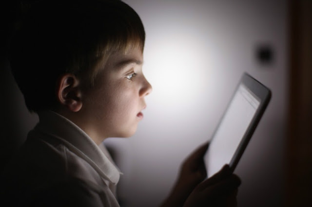 The reason can be traced back to the fact that the activities related to the use of light screens do not require the need to develop language skills , which for this reason suffers a slowdown. The notice was also given by the American association of pediatricians : the use of light screens by children younger than 18 months should be limited or completely eliminated .