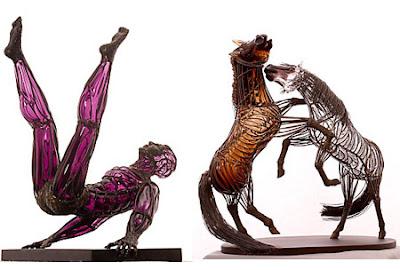 Escultura de caballas con metal y vidrio de color