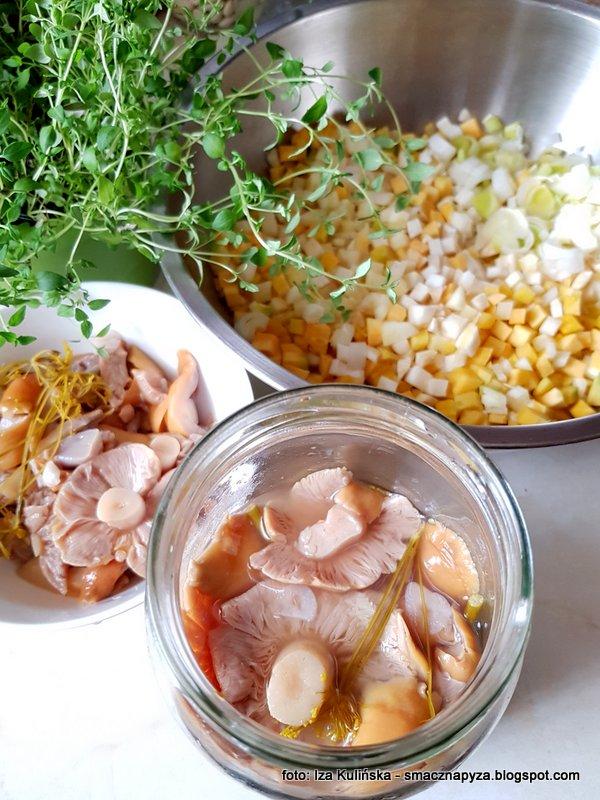 marchewka, ziemniaki, kiszone grzyby, zupa z kiszonymi grzybami, domowa zupa, domowy obiad
