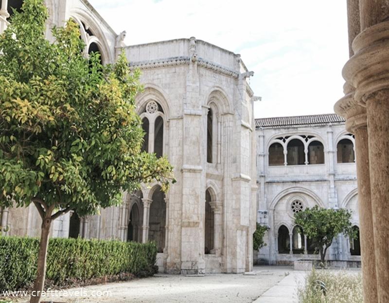 klasztor Alcobaca w Portugalii, Opactwo Cysterów w Alcobaca, miejsce pochówku króla Pedra i Ines de Castro, dziedziniec klasztorny Alcobaca w Portugalii