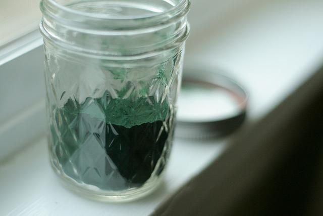 słoik z zielonym proszkiem