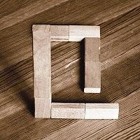 Takozlardan yapılmış Q harfi