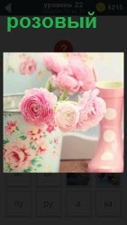 Две вазы, одна из которых розовая и в них стоят цветы розового цвета и белого