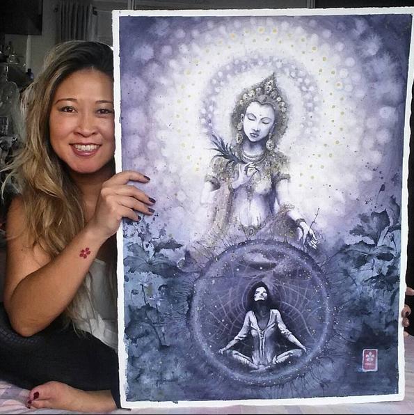 Foto que aparece Sandra ao lado de uma grande ilustração da Deusa Kwan Yin / Kanon.