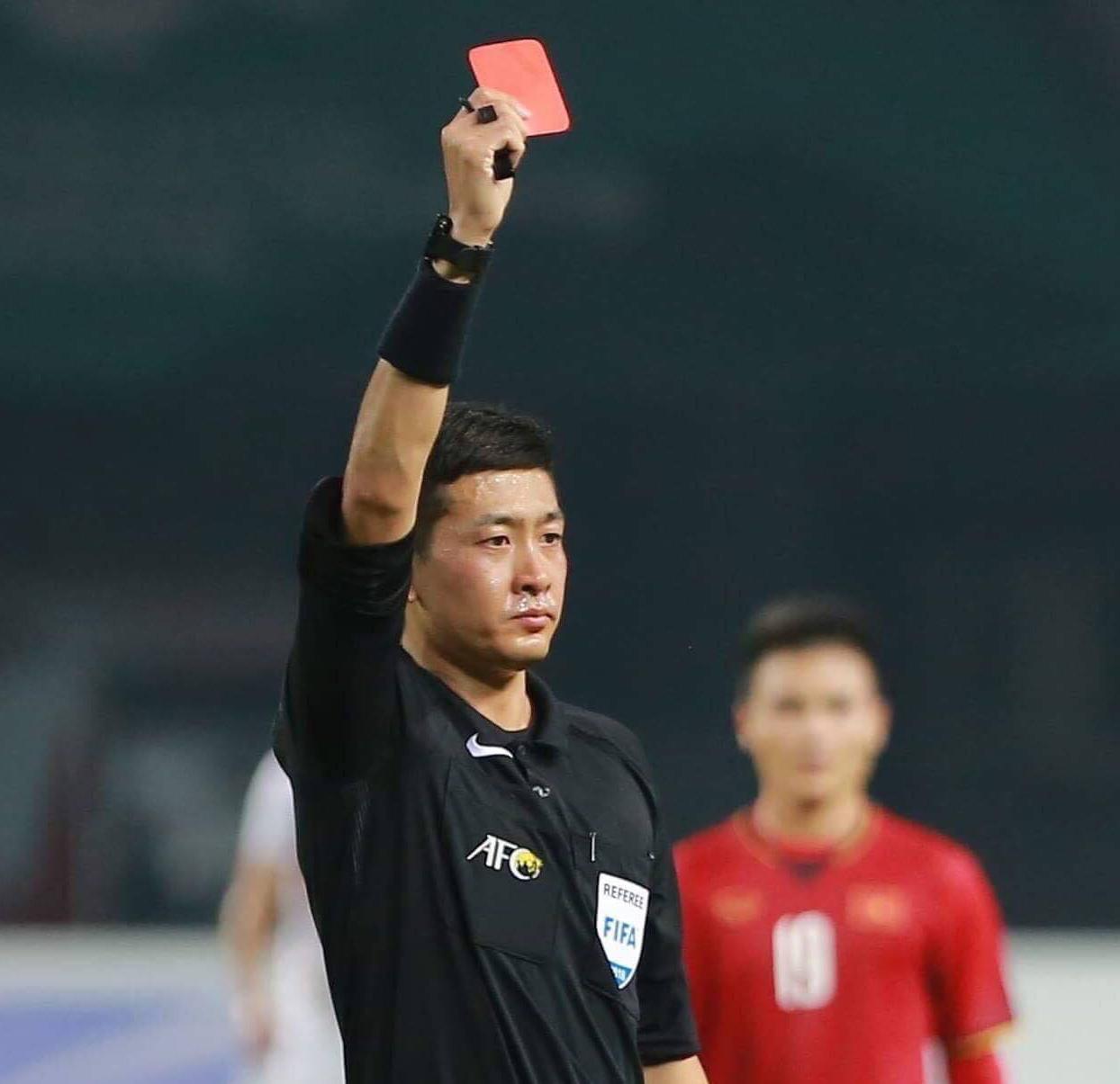 Khoảnh khắc trọng tài Trương Lôi rút chiếc thẻ đỏ cầu thủ của Bahrain