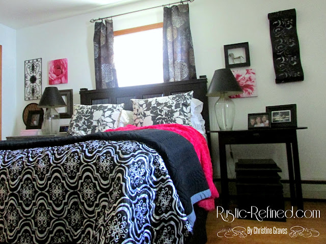 Decorating with Black & White Colors in a Bedroom