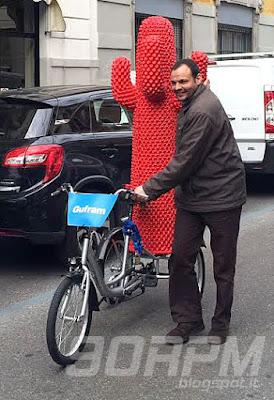 Trike da trasporto con un cactus rosso