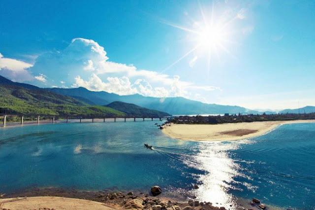Bãi biển Lăng Cô nước xanh như ngọc