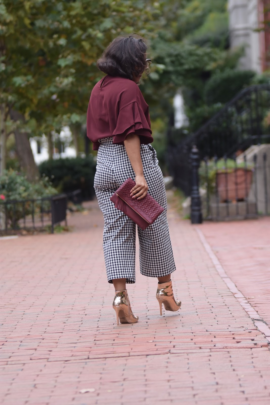 Ruffle sleeves, vichy print, metalic boots, printed pants, fall outfits