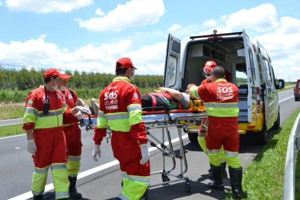 Carro capota na SP-342 sentido Pinhal e deixa 4 pessoas feridas