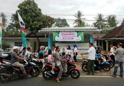 Simpatisan dan Relawan Ridho Berbagi Takjil di Tanggamus