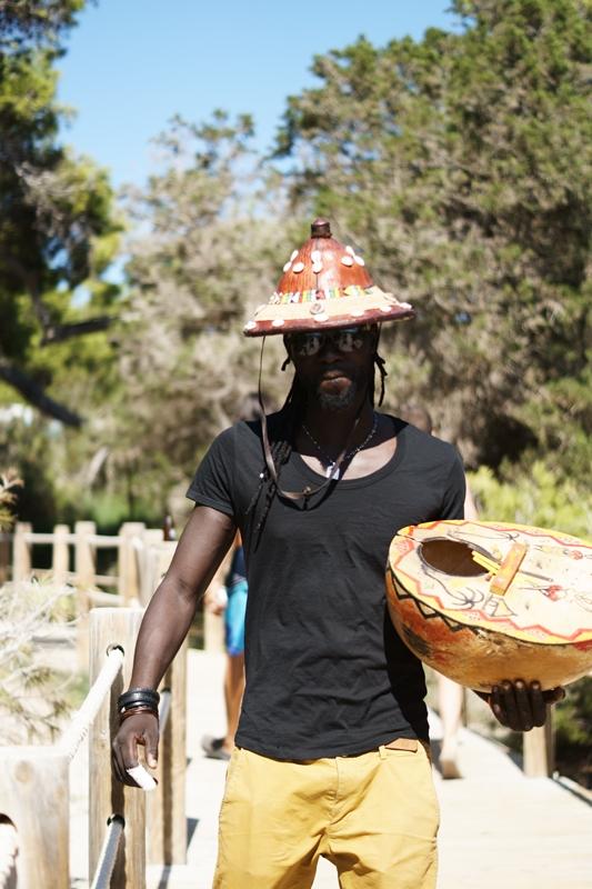 Blog + Fotografie by it's me! - Ses Salines, Ibiza - cooler Typ mit Bongotrommel