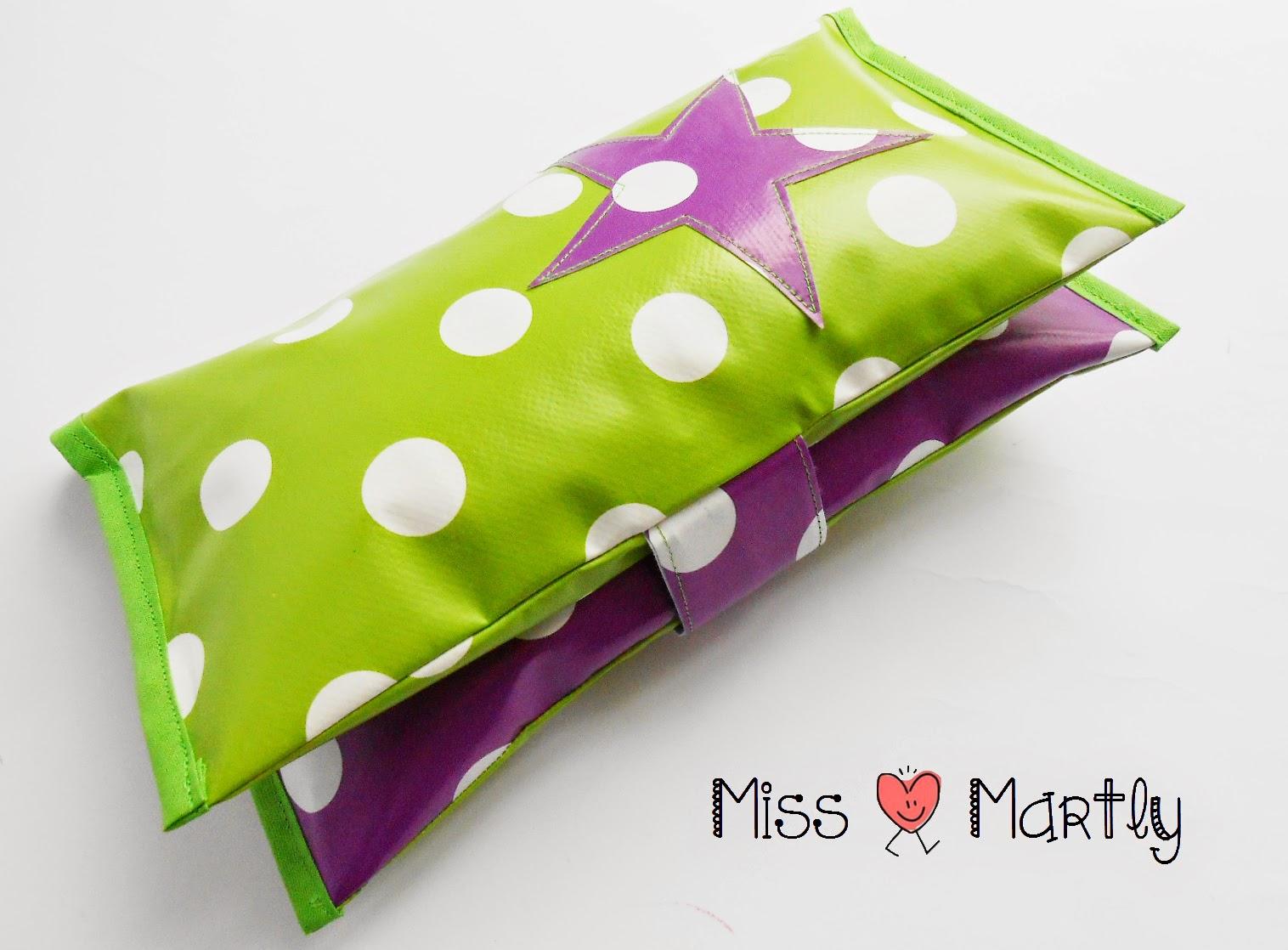 miss martly abwaschbare windeltasche aus wachstuch gr n violet. Black Bedroom Furniture Sets. Home Design Ideas