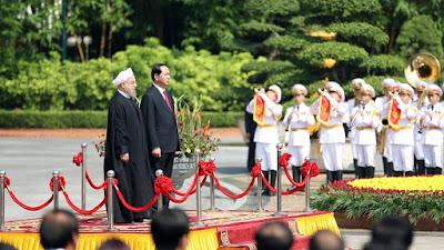 El presidente iraní, Hasan Rohani (izda.) es recibido por su homólogo vietnamita, Tran Dai Quangen (dcha.) en una ceremonia oficial en Hanoi, capital de Vietnam, 6 de octubre de 2016.