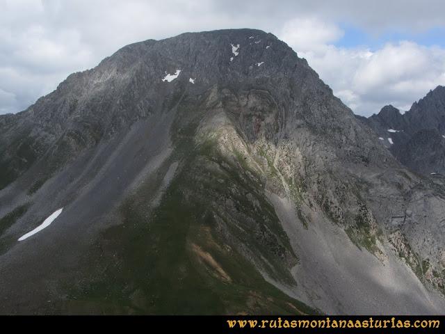 Ruta Peña Cerreos y Ubiña Pequeña: Vista de Peña Ubiña desde Peña Cerreos