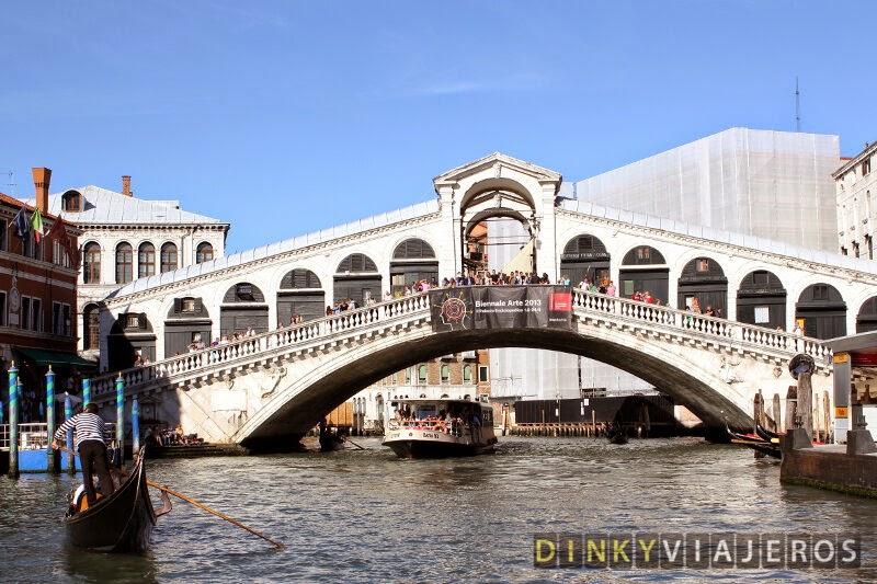 Vaporetto pasando bajo el Puente Rialto