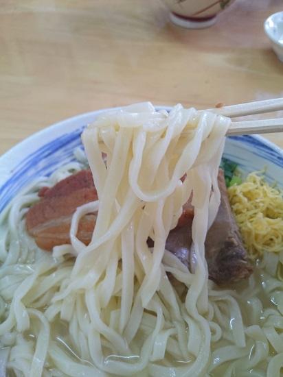 沖縄そば まるやすの自家製麺の写真