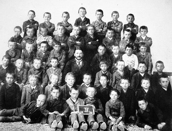 40 Amazing Historical Pictures - Adolf Hitler's 4th grade class, 1899. The fuhrer-to-be can be seen top row, dead center
